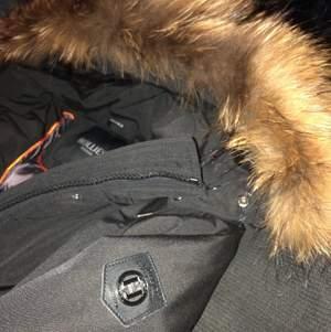 Säljer en hollies jacka i storlek 40. Men den passar på S då de är små i storlek. Jackan är i princip ny då den användes 1 gång av min mamma. Rökfri jacka. Pris kan diskuteras😊