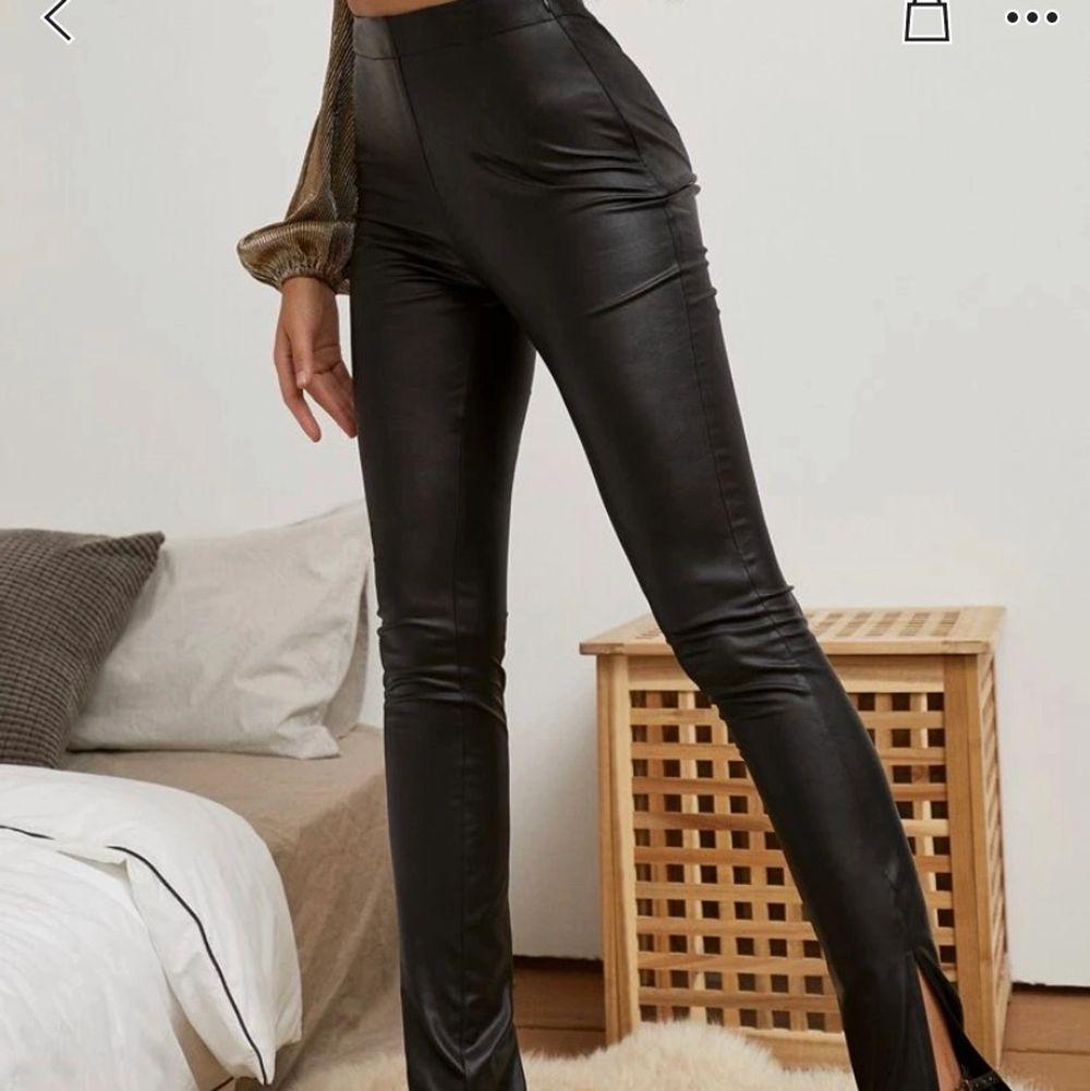 jätte fina byxor som aldrig är använda med prislapp kvar , kan ej lämna tillbaka dem och de är jätte långa på mig, är 150 men tror de hade passat alla som är 160 och över. . Jeans & Byxor.