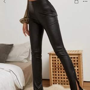 jätte fina byxor som aldrig är använda med prislapp kvar , kan ej lämna tillbaka dem och de är jätte långa på mig, är 150 men tror de hade passat alla som är 160 och över.
