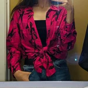 Lång, oversized, rosa skjorta i storlek M. Riktigt bra skick och är unisex!🤍