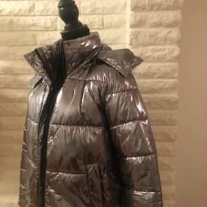 Väldigt snygg glansig puffer jacka. Säljer då jag har för många jackor och inte använder den så ofta. Skriv för fler bilder💞