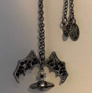 """Säljer min älskade vivienne westwood halsband som inte används så mycket längre                                          Halsbandet visar den """"emo & gothic"""" sidan från vivienne Westwood och den är riktigt snygg.                      Köpt på Depop för ett år sen och halsbandet har använts under få tillfällen bara. Dem går för runt 150 dollar på Depop och grailed"""