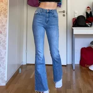 Superfina blåa utsvängda jeans från ASOS i storlek XS (w24) De är knappt använda och sitter som en smäck! Bra skick, inga fläckar eller annat! (Jag är 175 cm lång)