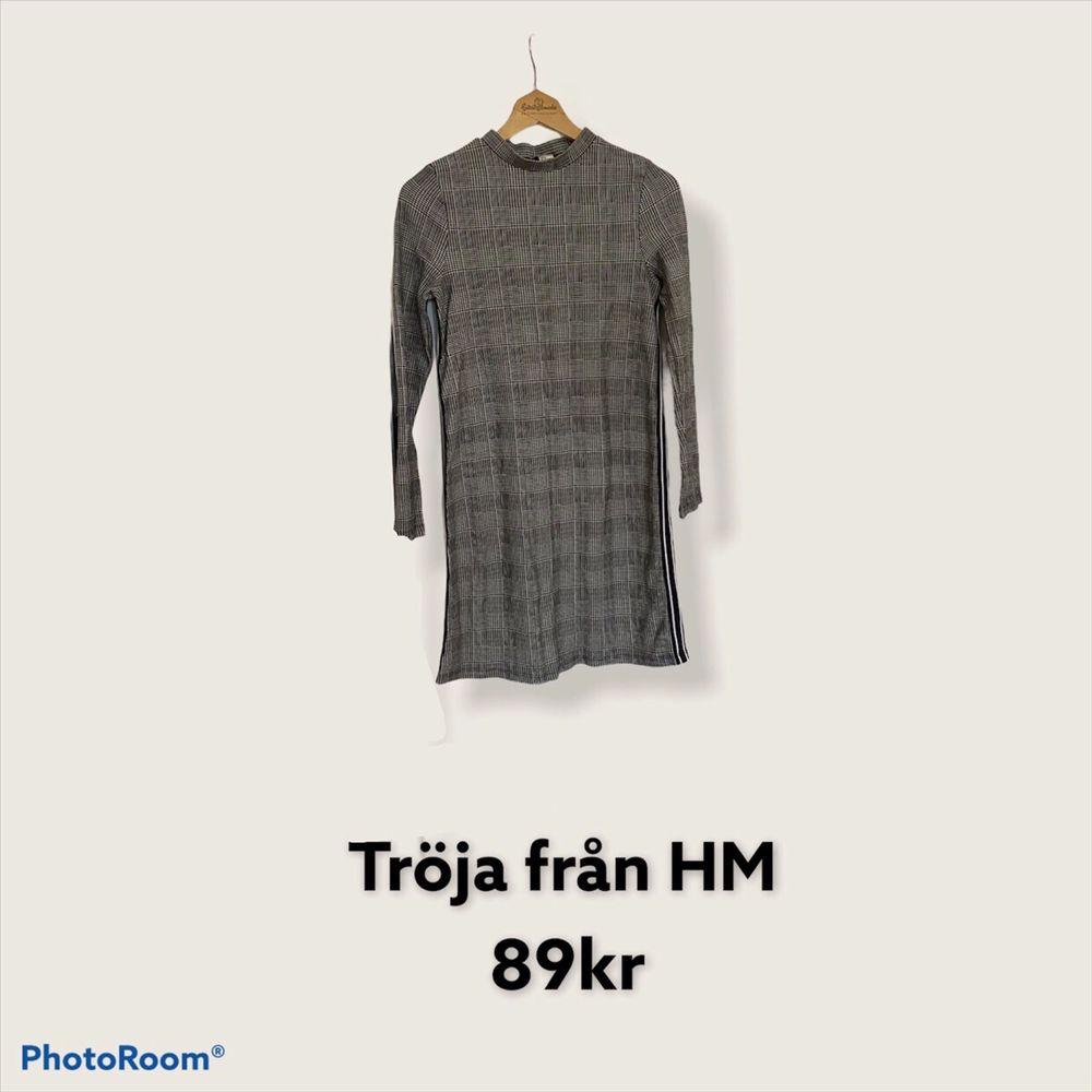 Tröja i fin mönster från Hm, svart o vitt, storlek M. Klänningar.