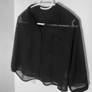 Svart, croppad skjorta i mesh. Strl XS (jag är en S). Sjukt bra basplagg att ha i garderoben, går att göra så mycket med skjortor! Nämn ett pris som känns rimligt för dig vid intresse! Hör av dig för fler bilder eller frågor!