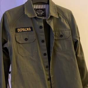 En fin skjorta från depalma som funkar perfekt som vanlig skjorta eller en overshirt med fin tshirt under. Säljes då den är för liten för mig.