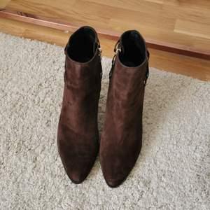 Ett par sjukt fina stövletter av mocka med snygga läderdetaljer. Köpt från New York, av märket Marc Fisher. Nyköpspris: 2000kr