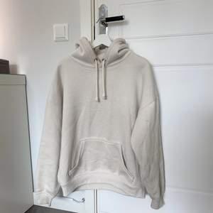 beige oversize hoodie från bikbok! använt skick, lite nopprig men fortfarande fräsch!