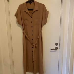 Fint oanvänd klänning som vill sälja 180kr.