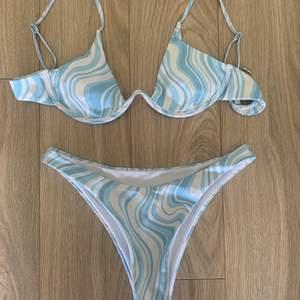 Världens snyggaste bikini som tyvärr inte passade mig🦋. Aldrig använd, endast testad med underkläder på. Storlek M men passar även S💘 om flera är intresserade blir det budgivning!!