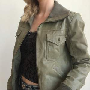Grön vintage läderjacka i storlek 38, 250kr + frakt 🍒