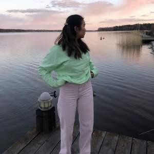 Superfina jeans från H&M. Pastellrosa färg. Raka, vida jeans som sitter fint på kroppen. Strl 36. Använda fåtal gånger, nypris 499kr. Avklippta: vill man ha som på bilden bör man vara mellan 155-160cm. Fraktar endast, fraktkostnaden: 50kr.
