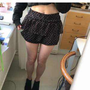 Söt volang kjol som jag sytt själv. Sött tyg med rosor på. Ca storlek S. Frakt 59 kr (kolla gärna in mina andra annonser för samfrakt)