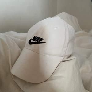 Skit snygg och stilren keps från Nike, äkta och justerbar. Först till kvarn ☺️🤍