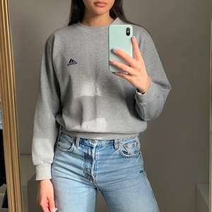 Adidas sweatshirt i storlek XXS men är i en oversized modell så passar XS/S väldigt bra.💕  Köparen står för frakten som ligger på 65 kr och betalning sker via swish💕