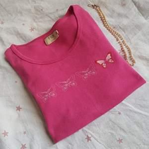 Söt Rosa T-Shirt med fjärilstryck i storlek S. Använd men fortfarande i fint skick. Säljer då jag tycker den är jättefin men tröttnat på färgen. 59 + Frakt