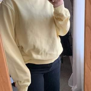 Säljer denna basic tröja från HM. I lite urtvättad gulfärg. I storlek M. Använd. Köparen står för frakten .