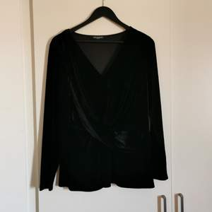 A black velvet shirt from Ilse Jaksobsen, never worn. Stretchy material and full on velvet. It has a V neck and a pretty waist for those who wanna show off the curves or need some 😉