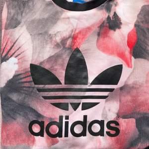 fin sweatshirt från adidas, coolt mönster! älskar denna men kommer tyvärr inte till användning. Inga tecken på slitage❣️