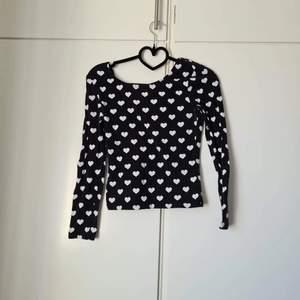 Tröja från H&M med hjärtan. Urtvättad i färgen men hel och ren.  Storlek S  25 kr + frakt.
