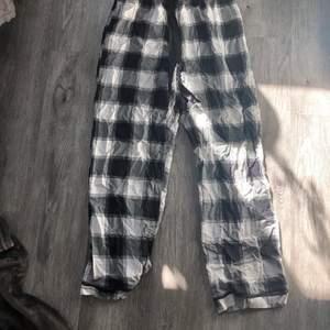 Jättefina rutiga pyjamasbyxor som inte är använda så mycket, strl S. 💓 102 cm långa i benen