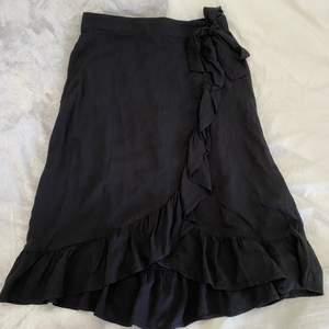 Svart kjol med volang från Lindex💕💕 superfin till sommaren men använder den tyvärr inte så mycket💕💕 det är en storlek 158/164 men skulle säga att den motsvarar en xs💕 köp direkt för 100+frakt💕
