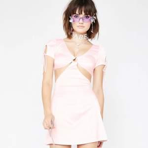 PEACHY POPSICLE CUT OUT DRESS från Sugar Thrillz. Fint skick förutom en söm som jag behövt fixa i bak och tre små prickar i bak på klänningen. Finns ej att köpa längre då den är slutsåld. Storlek XS. Frakt tillkommer.