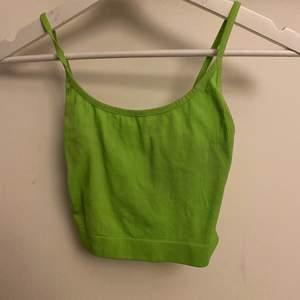 Neon gult/grönt linne/magtröja som endast är använd en gång. Säljer för att den aldrig kommer till använd. Väldigt festlig topp
