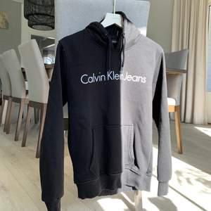 En sparsamt använd hoodie från Calvin Klein. Köpt andra och där med säljer jag denna. Är i storlek S