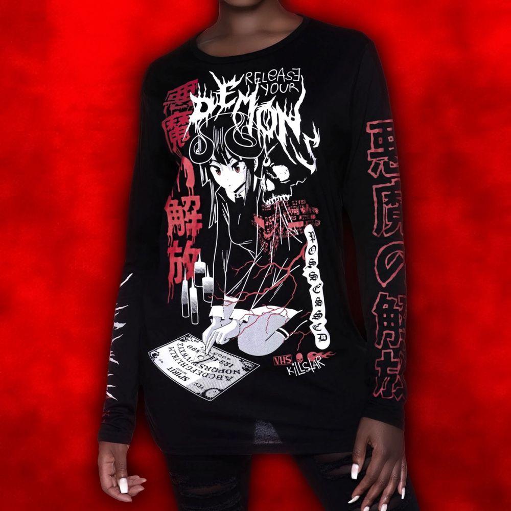 """""""𝑪𝒐𝒎𝒆 𝒐𝒖𝒕, 𝒄𝒐𝒎𝒆 𝒐𝒖𝒕, 𝒘𝒉𝒆𝒓𝒆𝒗𝒆𝒓 𝒚𝒐𝒖 𝒂𝒓𝒆..."""" The one and only KILLSTAR Release Me Top 🖤🙌🏻🦇 En svart långärmad tröja med maffigt ouija tryck fram, bak + på ärmarna!! ✨ Köptes för totalt 500kr och i nyskick! Finns kvar men denna modell säljs ut BLIXTsnabbt so get it while you still can! 🤭⛓ Frakt tillkommer på 48kr 💌. Toppar."""