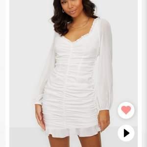 Säljer denna klänning som jag först tänkte ha på studenten! Har valt en annan och därför jag säljer! Bara att skriva privat om någon vill ha fler bilder💕     Klänningen är från Nelly och nypris är 450kr