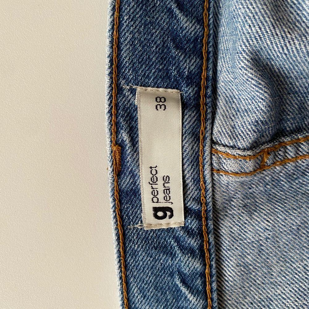 Slitna jeans från Ginatricot i storlek 38, något små i storleken. Använd ett fåtal gånger. Stora slitningar i knäna. Jeans & Byxor.