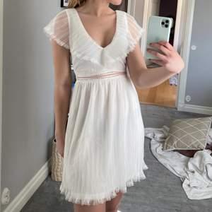 Helt oanvänd klänning med prislappen kvar. Perfekt till student eller skolavslutning! Klänningen är v-ringad fram och även i ryggen. Finns även kedja på sidan. Köparen står för frakten!☺️