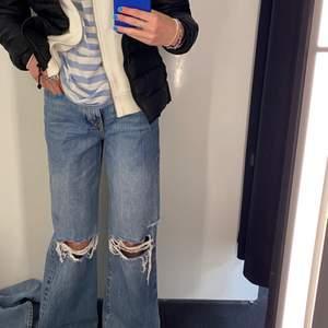 Säljer dessa sjukt snygga och populära jeansen från Gina tricot! ⚡️Knappt använda, köpte för ca en månad sen och märker nu att dom är lite för stora för mig så därav säljer jag dom! Inge defekter, är i nyskcik. Köpta för 600kr. Kom gärna DM om du vill ha fler bilder eller är intresserad!🥰 Frågor är också välkommna!