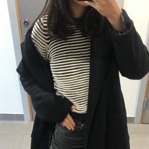 En superfin randig tröja som passar perfekt nu när randig är trendigt igen! Den är inte som alla andra randiga tröjor utan denna är så fint stickad, kolla bild nr 2 så ser ni! Två väldigt olika ljus men den är då svart och vit. Sparsamt använd och i storlek S🖤
