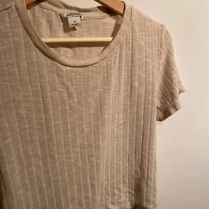 Hej! Säljer min beige T-shirt från monki. Väll använd, storlek M men skola jag säga att den passar s-l. Möts up eller fraktas.
