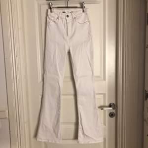 Ett par vita strechiga bootcut jeans från BikBok i storlek S. Perfekt längd för mig som är 160. Köparen står för frakten. Om du köper alla mina tre bootcut jeans kostar det 175kr+frakt istället för 250kr+frakt.