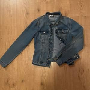 Säljer denna blåa jeansjackan med fina detaljer! Säljs för 150 kr+ frakt 😊