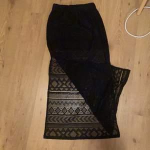 Säljer denna somriga mönstrade svarta kjolen för endast 30 kr+frakt! Super fin kjol med slits på båda sidorna, perfekt till en dag på stranden