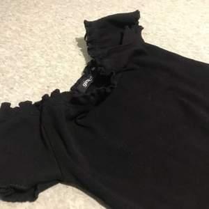 En svart topp från Gina tricot storlek XXS men är som XS använd några gånger men ligger bara så vill sälja den💕
