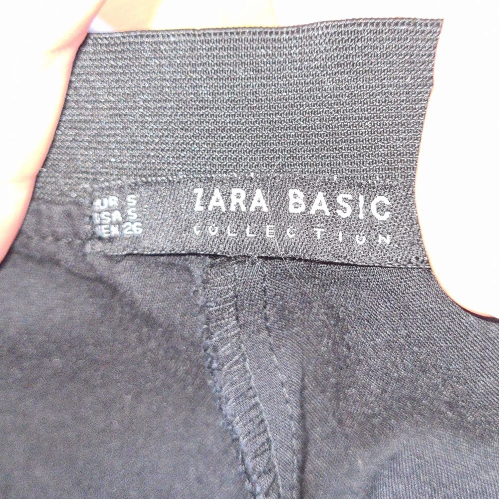 Svarta kostymbyxor med vita revärer längs sidorna. Mjuk och skön linning. Två fejkfickor bak. I mycket gott skick och stark svart färg (första bilden är mer rättvis färgmässigt).. Jeans & Byxor.