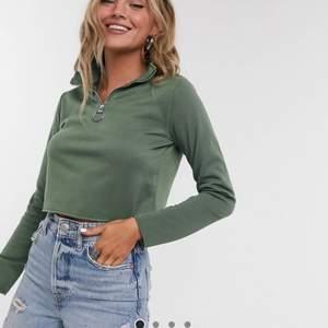 Säljer en mörkgrön zip-tröja från Topshop. Aldrig använd. Storlek 36. Köparen står för frakt.