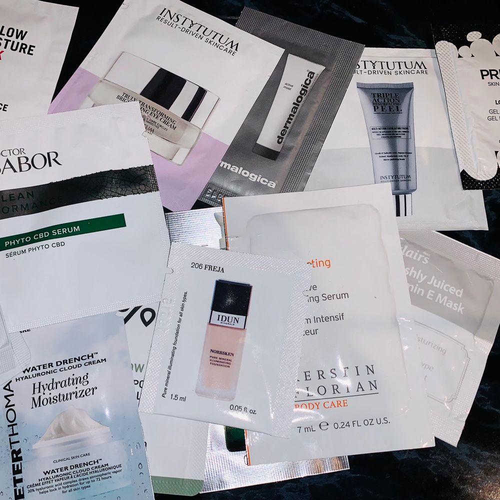 MASSOR av prover, allt från serum till foundation cleanser face cream osv. Går även att få med necessär om man så vill!. Övrigt.