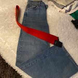 Få ett par Monkey jeans: 500 och ett rött skärp: 200 från jeansbolaget för 570 med frakt inräknat!