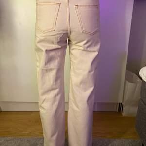Populära monki jeans med beiga sömmar, fina till sommaren!