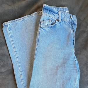 Slutsålda, populära zara jeans. Jättefina ljus blåa jeans med hög midja och breda ben. Jag säljer dessa då de är för små för mig. Har endast använt dem ett fåtal gånger, så de är i mycket fint skick. Strl. 32.(damstorlek) Hör av er om frågor eller fler bilder! (Om fler är intresserade buda i kommentarna!)