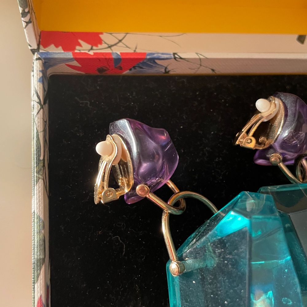 Säljer dessa ERDEM x HM örhängen! Det är klipps så du behöver inte ha håll i öronen! Helt oanvända🥰 . Accessoarer.
