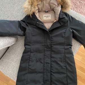 Dolomite vinterjacka svart i storlek S ✨ super fin och varm! Jackan är använd en gång och är i nyskick. Nypris i butik just nu 2694kr vilket är 40% av ordinarie pris. Mitt pris 1800kr. ✨