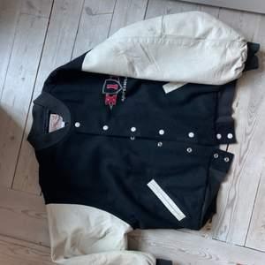 En Varsity jacket i storlek M men passar L. Väldigt snygg och bra skick. Bild på finns om det behövs. Priset kan prutas.