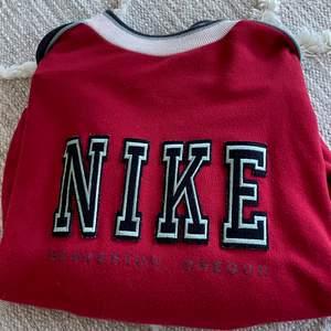 Storlek L, svinsnygg. Säljer även andra Nike sweatshirts